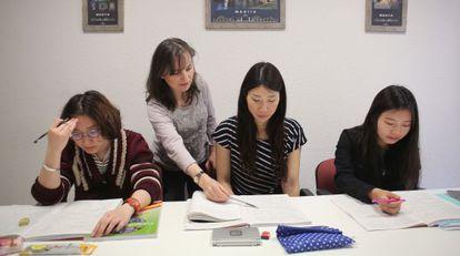 Un grupo de alumnas en clase de español en la academia Eureka, en Madrid, ayer.