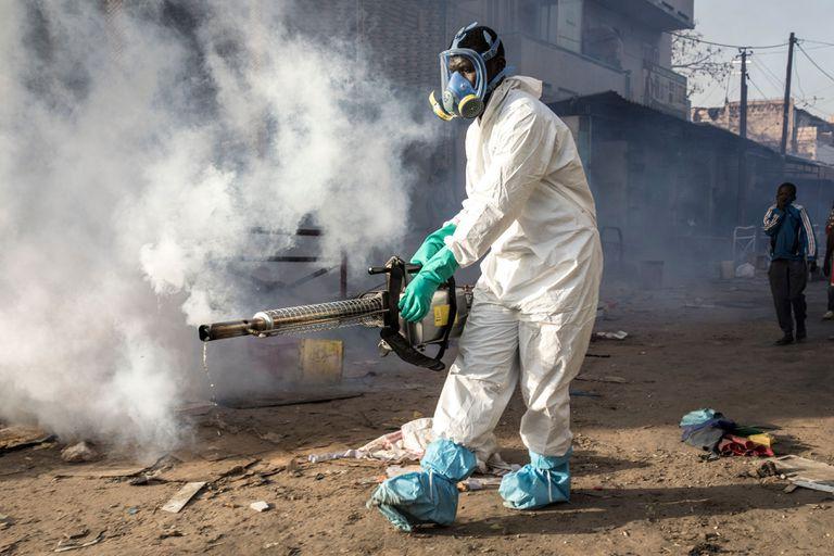 Un trabajador municipal desinfecta en el barrio de Medina, en Dakar, en el marco de la lucha contra el coronavirus.