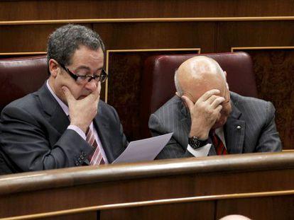 Pere Macias y Josep Antoni Duran Lleida en sus escaños de las Cortes.