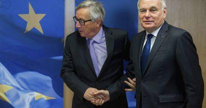 El ministro francés de Asuntos Exteriores, Jean-Marc Ayrault (d), es recibido por el presidente de la Comisión Europea, Jean-Claude Juncker en Bruselas. EFE/Stephanie Lecocq