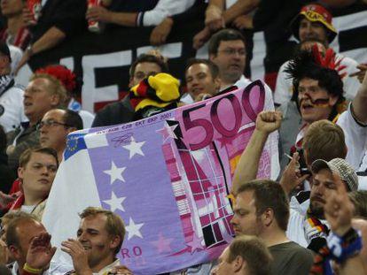 Hinchas alemanes con un billete gigante de 500 euros.