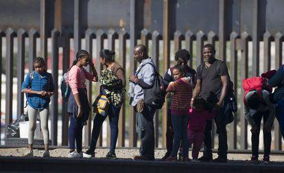 Migrantes en la frontera de México con Estados Unidos.