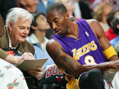 Tex Winter da instrucciones a Kobe Bryant en un partido Lakers-Bulls de 2005