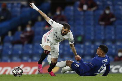 Thiago Silva trata de frenar a Benzema este miércoles en Stamford Bridge.
