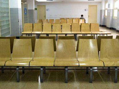 Una de las salas de espera, ayer vacía, del CAP Manso.