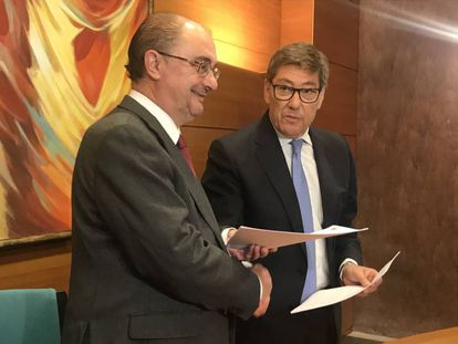 Firma del acuerdo entre Javier Lambán, presidente en funciones de Aragón, y Arturo Aliaga, líder del PAR.