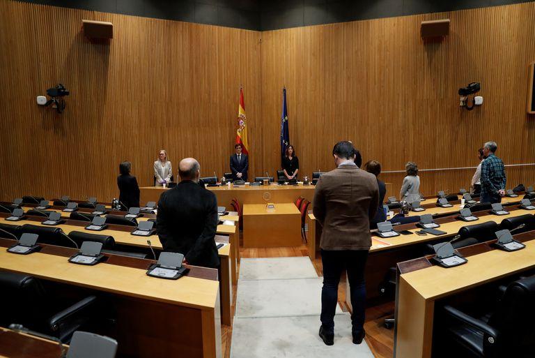 Miembros de la Comisión de Sanidad del Congreso guardan el pasado jueves un minuto de silencio por las víctimas del coronavirus.