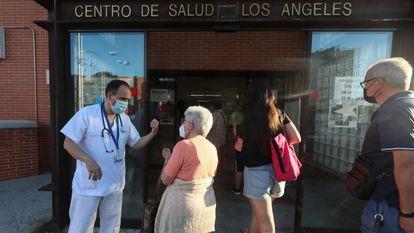 Francisco Javier Amador, médico de familia del Centro de Salud Los Ángeles de Villaverde, en Madrid, frente al ambulatorio a finales de junio de 2021.