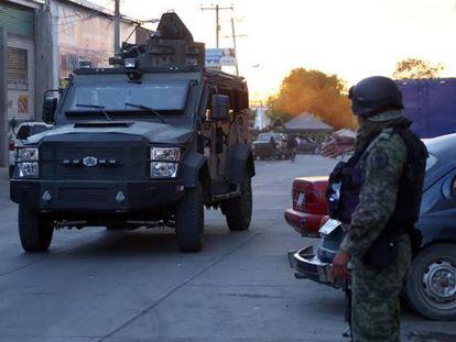 Miembros de la Marina mexicana en Apatzingán (Michoacán).