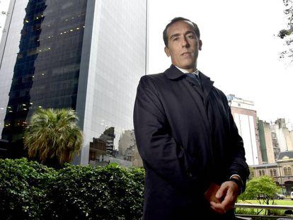 El periodista Hugo Alconada Mon en Buenos Aires, luego de la entrevista con EL PAÍS.