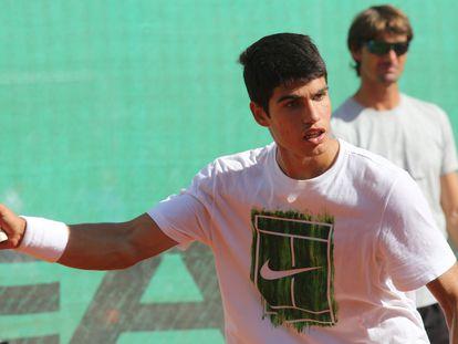 Carlos Alcaraz es observado por Juan Carlos Ferrero durante un entrenamiento en Villena, Alicante.