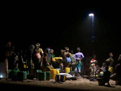 Lámpara portátil 'luz colectiva' en una aldea de Malí.