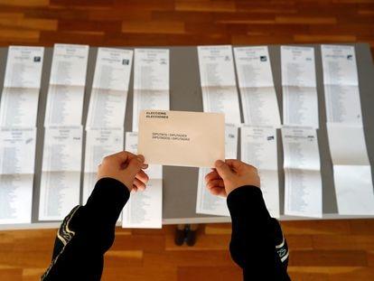 Papeletas preparadas para las elecciones del 14-F en L'Hospitalet de Llobregat (Barcelona).
