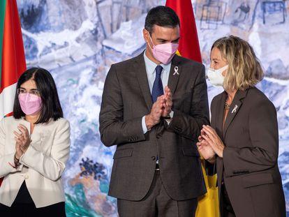 El presidente del Gobierno, Pedro Sánchez, Flora Ortega (derecha), vicepresidenta de la Fundación Amancio Ortega, y la ministra de Sanidad, Carolina Darias, durante la firma del plan de colaboración, este martes en La Moncloa.