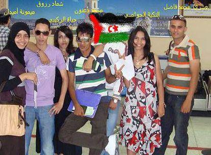 Grupo de siete jóvenes saharauis, el miércoles, en el aeropuerto de Agadir, cuando aún creían que iba a poder volar a Londres
