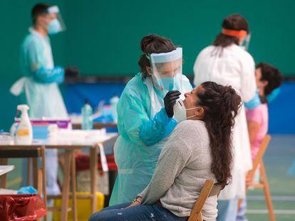 Personal sanitario hace la prueba PCR en la localidad vasca de Getaria, este miércoles.