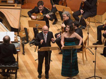 El tenor José Pizarro y la soprano Aurora Peña con Luis Antonio Gonzalez dirigiendo desde el clave, ayer en Zaragoza.