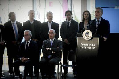 """Macri anuncia el plan """"Argentina sin narcotráfico"""" junto a gobernadores, ministros y el presidente de la Corte, Ricardo Lorenzetti (sentado en el centro)."""