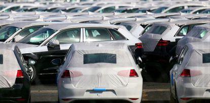 Coches Volkswagen en su parque logístico de Villers-Cotterets (Francia).