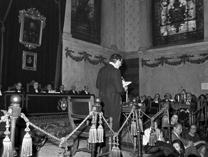 Miguel Delibes lee su discurso de ingreso en la Real Academia Española de la Lengua, en mayo de 1975.