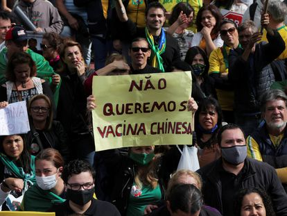 Una manifestante sostiene un cartel contra la vacuna china durante una manifestación en São Paulo, el 1 de noviembre de 2020.