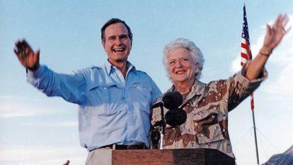 George y Barbara Bush en una visita a las tropas estadounidenses en Arabia Saudí, en enero de 1990.