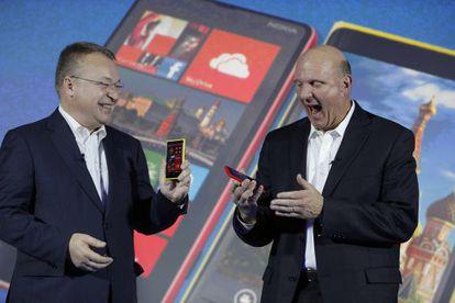 Stephen Elop y Steve Ballmer bromean durante una presentación.