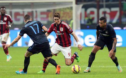 Torres intenta marcharse de Kuzmanovic y Guarín.