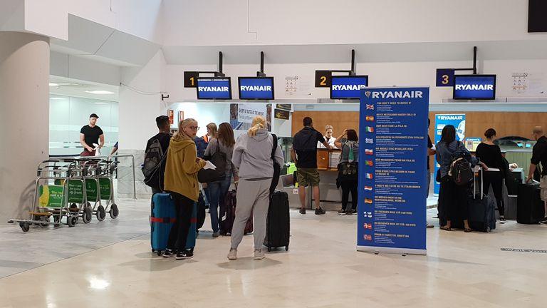 Viajeros en el mostrador de facturación de Ryanair en el aeropuerto de Barajas (Madrid).