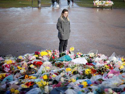 Una mujer, en el lugar creado como homenaje a Sarah Everard, este miércoles en el sur de Londres.