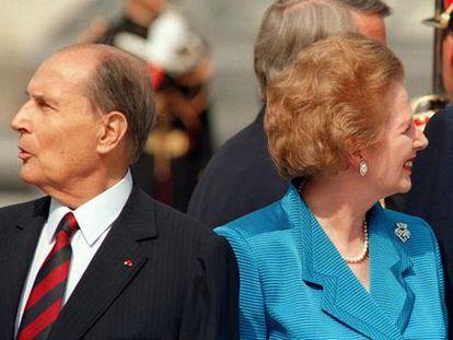Thatcher y Mitterrand, el 14 de julio de 1989, durante la ceremonia de apertura de la cumbre del Grupo de los Siete celebrada en París.