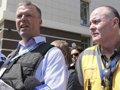 Miembros de la OSCE y de los equipos holandeses y australianos de investigación esperan nuevas órdenes en Donetsk.
