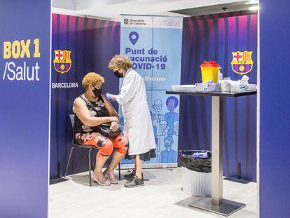 Una enfermera vacuna a una mujer en las instalaciones del Camp Nou en Barcelona