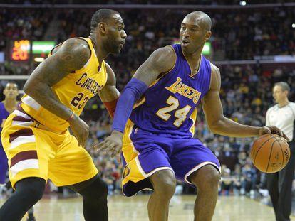 LeBron defiende a Kobe Bryant en un Cleveland-Lakers en 2016.