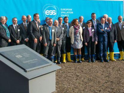 Lo miembros de los 17 países que construirán la fuente de neutrones europea en Lund, durante la ceremonia de la primera piedra
