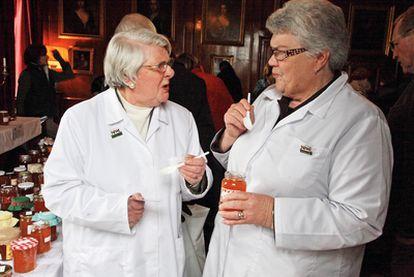 Eileen Wilson y Dorren Cameron, dos de las jueces del concurso de mermeladas, intercambian impresiones