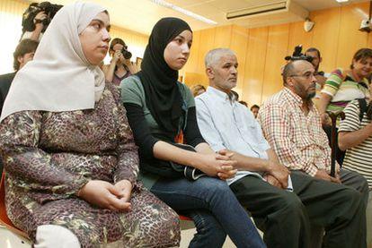De derecha a izquierda, el jefe de los musulmanes de Cunit, el imán, su hija y su esposa.