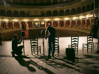 Preparativos previos a un espectáculo en el Gran Teatro Falla de Cádiz.