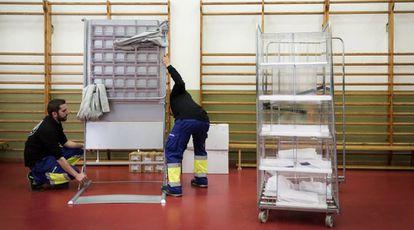 Preparativos de un colegio electoral para las elecciones generales del 28 de abril en el Colegio Francesc Macia de Barcelona.