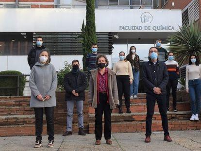 Carmen Ortiz Mellet, segunda por la izquierda, con su equipo de la Facultad de Química de la Universidad de Sevilla.