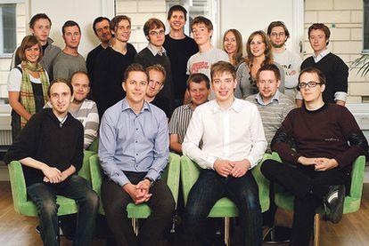 <b>El equipo de Spotify, en 2009. El segundo por la izquierda, con jersey a rayas, es Daniel Ek, su fundador.</b>
