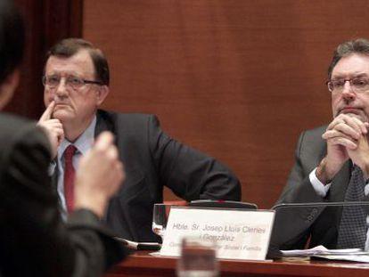 Los consejeros Francesc Xavier Mena, a la izquierda, y Josep Lluís Cleries, en su comparecencia en la Diputación permanente del Parlament.