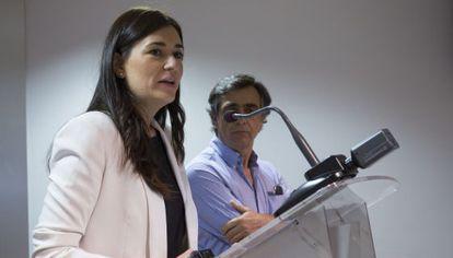 La consejera de Sanidad Universal, Carmen Montón, anuncia la devolucion de cobertura a los inmigrantes.