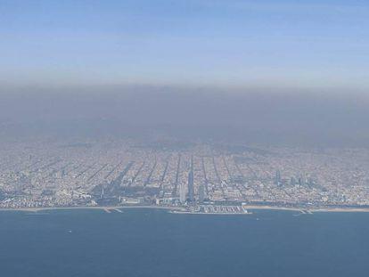 Nube de polución sobre la ciudad de Barcelona en una imagen tomada desde un avión