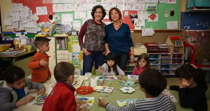 Paz, a la izquierda, y Marian, con sus alumnas del Colegio Público Nuestra Señora de la Paloma de Madrid.