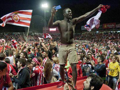 Aficionados del Girona celebran el ascenso en el campo.