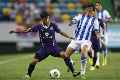 Andre Martins protege la pelota ante la entrada de Rubén Pardo.