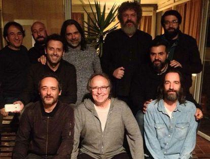 Serrat, sentado en el centro y con el líder de Love of Lesbian, Santi Balmes, a su derecha, el día que grabaron la canción. La foto la publicó el grupo en Twitter.
