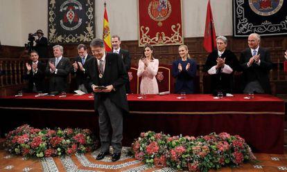 El escritor nicaragüense Sergio Ramírez (c), tras recibir de manos del rey Felipe la medalla y la escultura del Premio Cervantes.