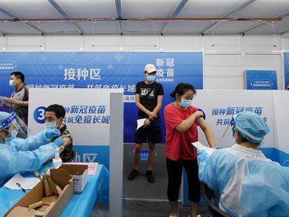 Un grupo de ciudadanos chinos reciben dosis de vacuna contra la covid en la ciudad de Cantón, en el sur de China
